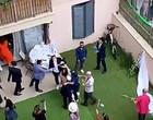 Casamento acontece em Israel e vizinhos participam nas suas varandas