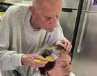 Sem visita: senhor de 92 anos pinta cabelo da mulher e comove redes