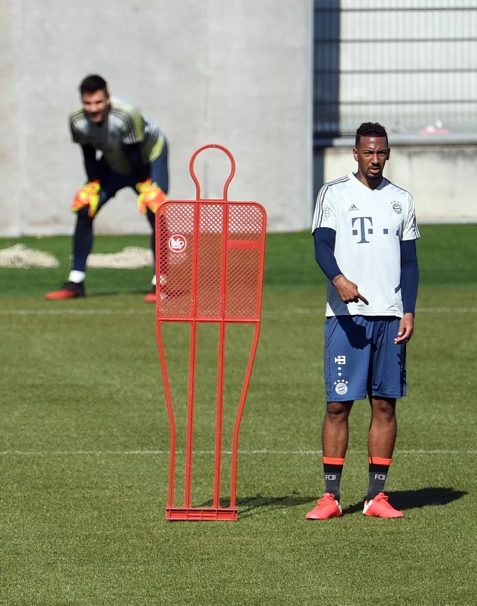 Boateng na retomada de atividades do Bayern de Munique em seu centro de treinamento — Foto: REUTERS/Andreas Gebert