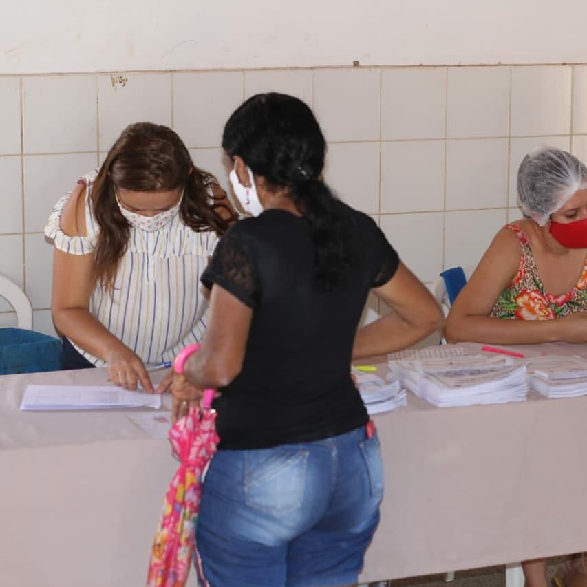 População de Nazária recebe kits de alimentos e material pedagógico  - Imagem 2