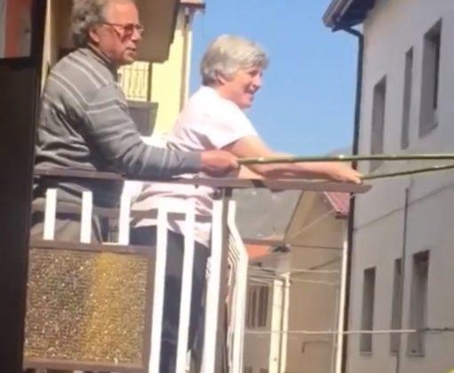 Vizinhos dão um jeito criativo de fazer um brinde à distância; vídeo - Imagem 2