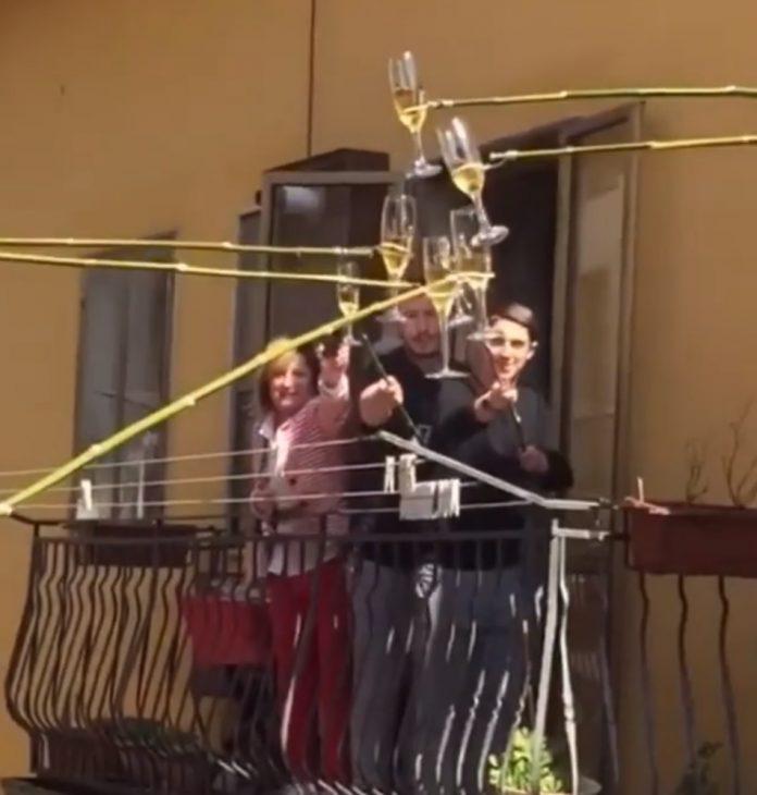 Vizinhos dão um jeito criativo de fazer um brinde à distância; vídeo - Imagem 1