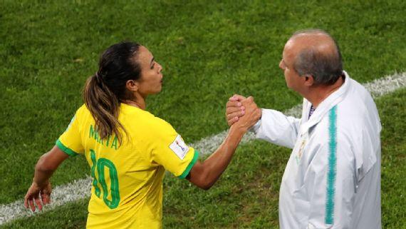 Marta cumprimenta Vadão após ser substituída na Copa do MundoRichard Sellers/EMPICS/PA Images