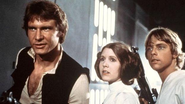 """Harrison Ford, Carrie Fisher e Mark Hamill imortalizaram o trio de heróis dos primeiros filmes da saga """"Guerra nas Estrelas"""". Getty images"""