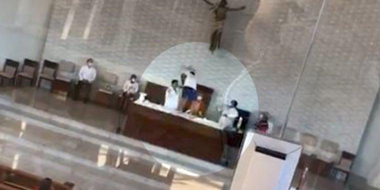Vídeo: Homem sobe em altar, agride Padre e joga bíblia no chão