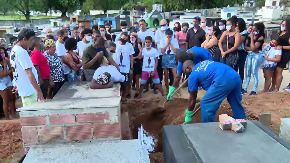 """Pais enterram filho morto na própria festa de 4 anos: """"Falta amor"""" - Imagem 1"""