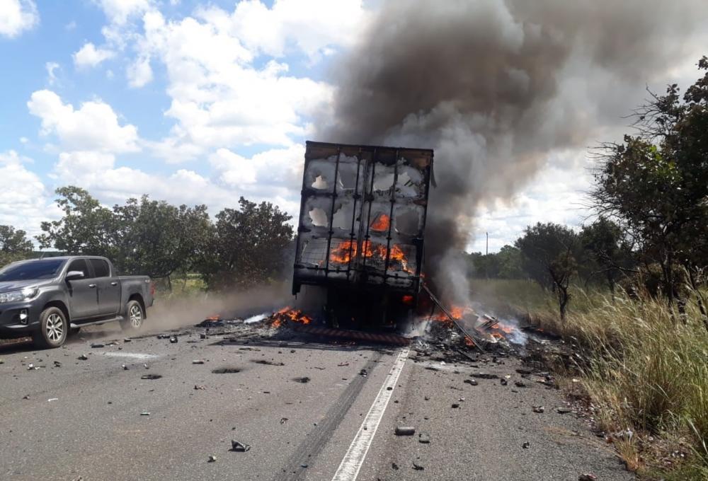 Carreta carregada de produtos fica destruída após incêndio na BR-316 - Imagem 1