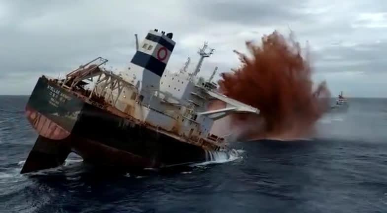 Vídeo: Navio Stellar Banner é afundado após 3 meses encalhado no MA - Imagem 1