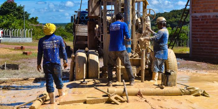 Prefeito Genival Bezerra visita o andamento da obra de perfuração de poço tubular