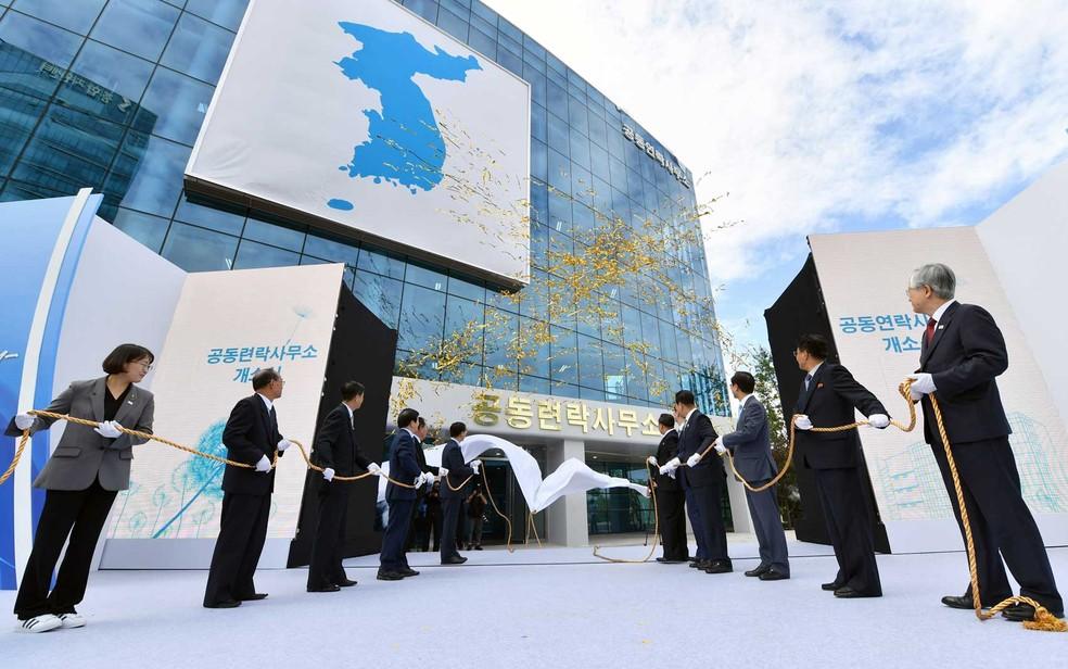 Oficiais das Coreias inauguram escritório conjunto em Kaesong em setembro de 2018 — Foto: Korea Pool / AFP Photo