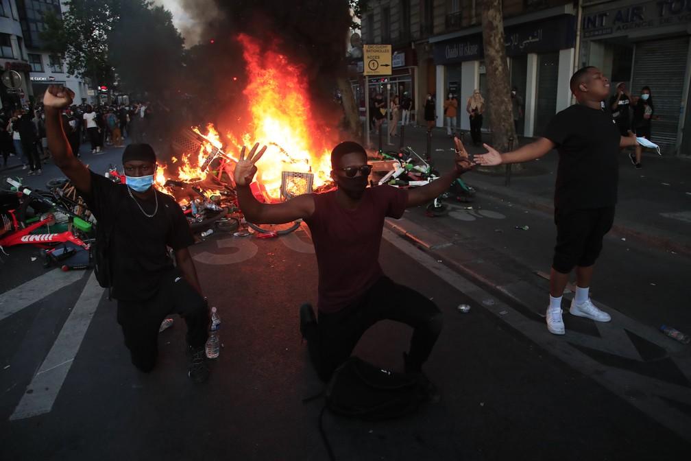 Polícia e manifestantes contra racismo entram em confronto em Paris - Imagem 2