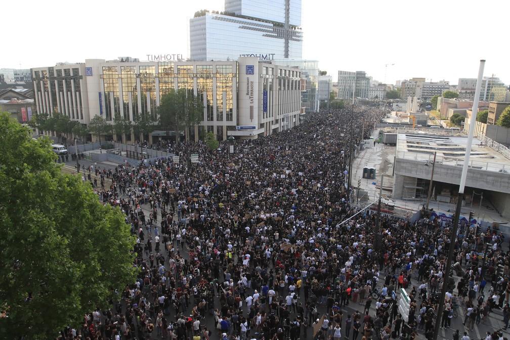 Polícia e manifestantes contra racismo entram em confronto em Paris - Imagem 1