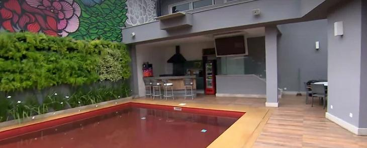 De piscina vermelha a porta gigante: Conheça a mansão de Ludmilla - Imagem 5