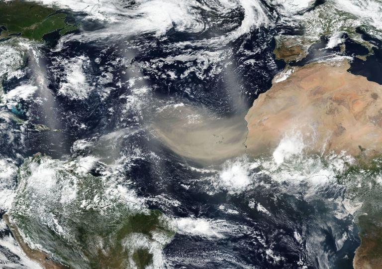 Plumas de poerias deixando o deserto do Saara na sexta (18) em direção à América. Foto:Google Maps