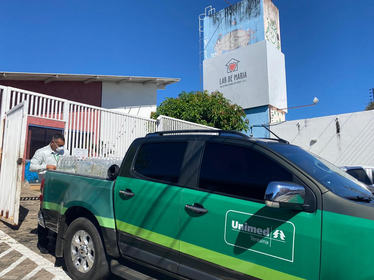 Unimed Teresina doa 100 fardos de água para o Lar de Maria - Imagem 1