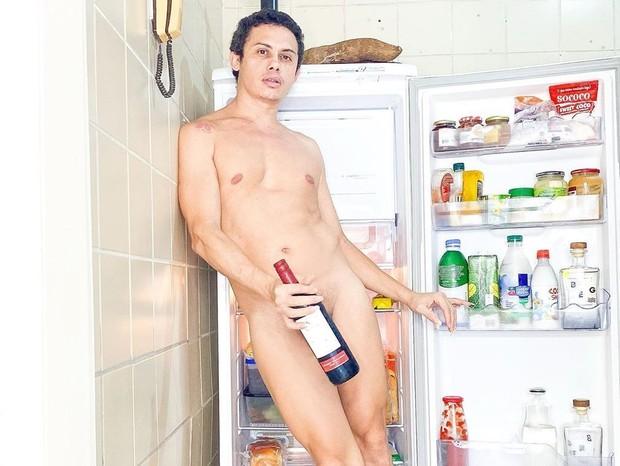Ator Silvero Pereira ousa na web e posta foto pelado na cama - Imagem 3