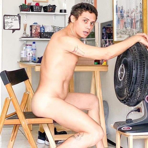 Ator Silvero Pereira ousa na web e posta foto pelado na cama - Imagem 2