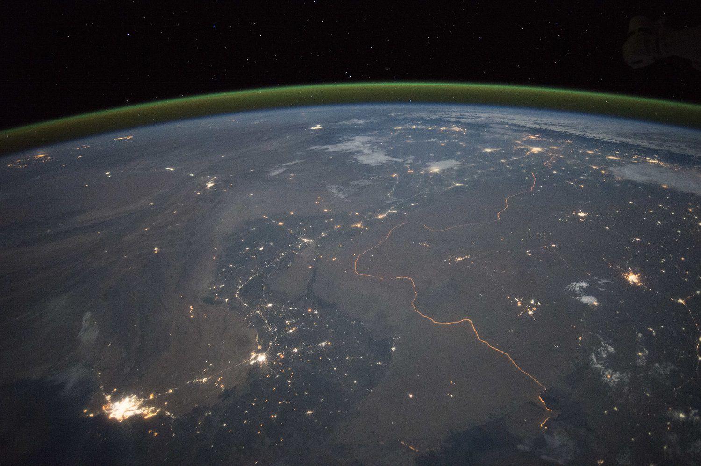 Imagem da linha verde sobre a Terra, ao fundo, que indica a existência de oxigênio.ESA