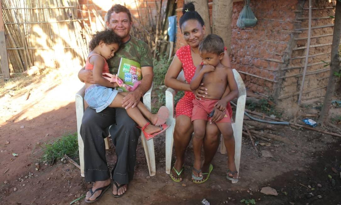 Juliana e e Francisco usam os R$ 104 do Bolsa Família para cuidados com os filhos Lara, de 4 anos, e Pedro, de 3, mas ainda precisam de ajuda de parentes para comer -Foto: Efrém Ribeiro