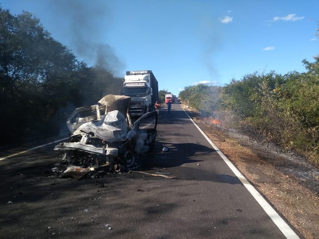 Colisão entre caminhão e carro com duas vítimas carbonizadas na BR-135