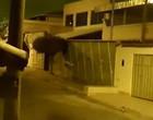 """Vulto misterioso """"de outro mundo"""" apavora moradores; veja o vídeo"""