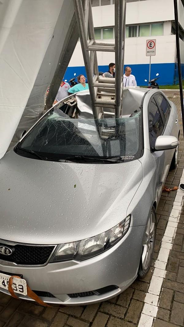 Carro atingido por estrutura de ferro que caiu após passagem de ciclone-bomba