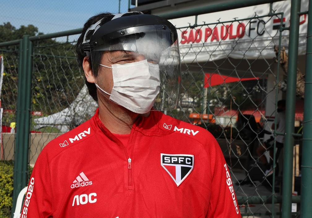 Fernando Diniz, técnico do São Paulo bem protegido-Foto: Rubens Chiri/saopaulofc.net