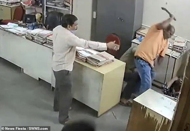Homem agrediu a colega de trabalho com braço de cadeira