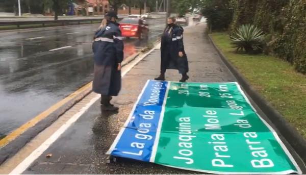 Placas foram arrancadas pela força do vento de ciclone