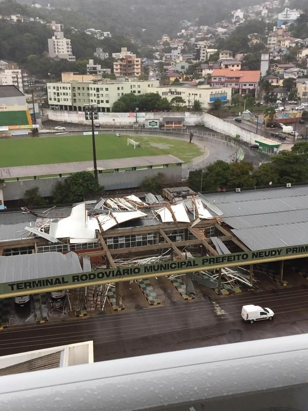 Parte do teto de rodoviária caiu com passagem de ciclone-bomba em SC