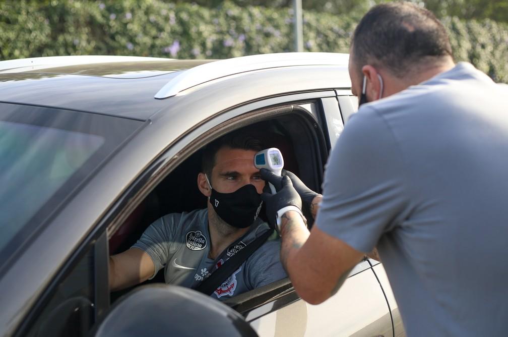 Boselli tem temperatua medida antes de treinar- Foto: Rodrigo Coca/Ag. Corinthians