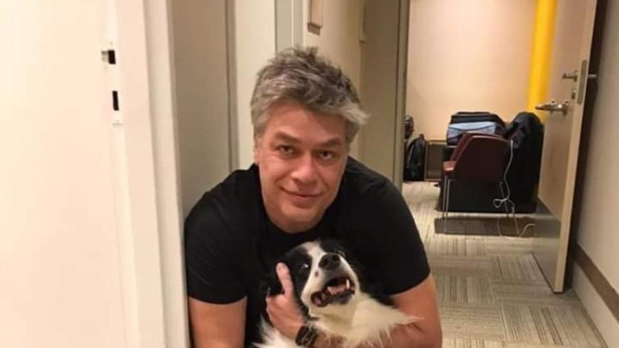 Ator posa com seu cachorro. Crédito: Instagram.
