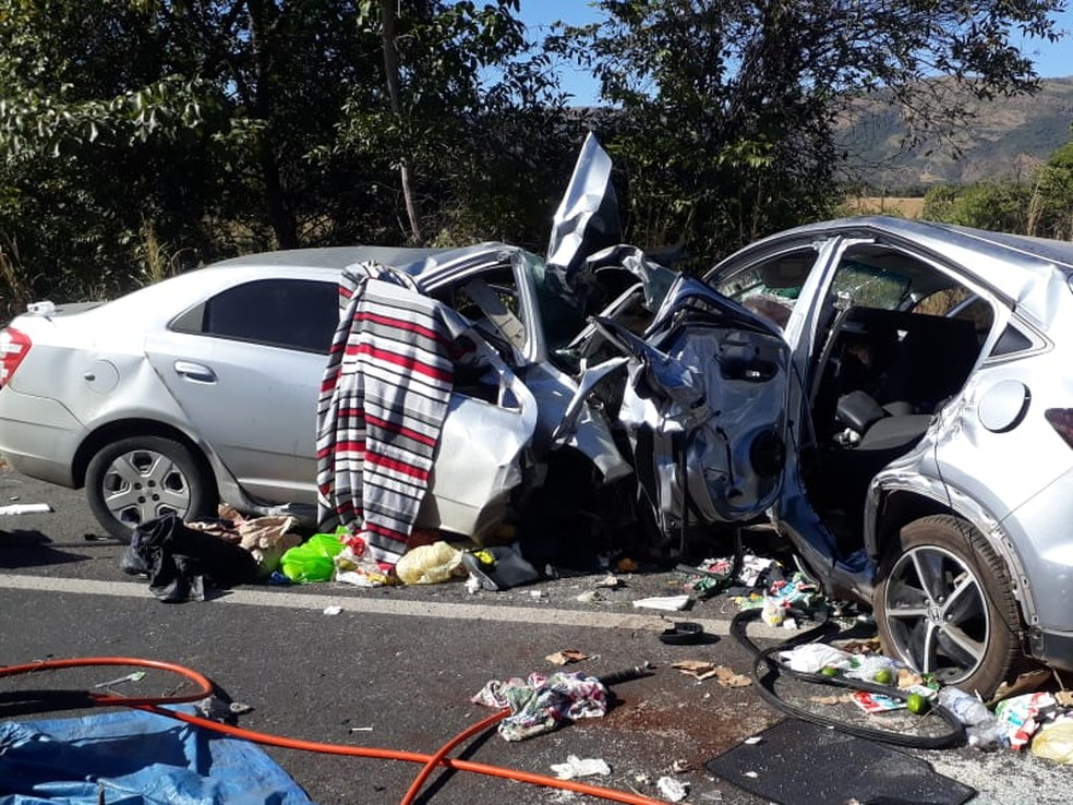 Acidente entre dois carros mata cinco pessoas na BR-020, em Flores de Goiás — Foto: Divulgação/PRF-DF