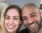 Adriano reata namoro, tenta manter segredo, mas é descoberto por foto