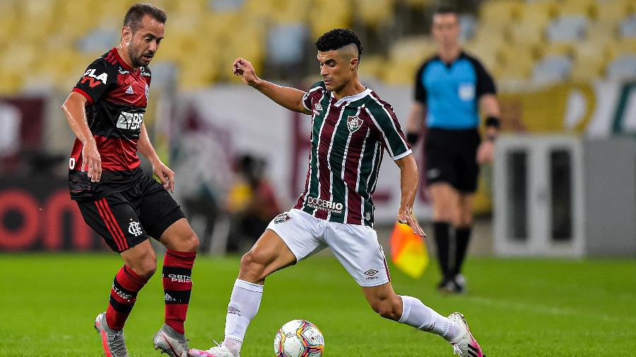 Egidio, do Fluminense, toca na bola e é marcado por Everton Ribeiro, do Flamengo- Foto: Thiago Ribeiro/AGIF