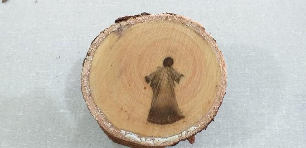 Imagem semelhante e Jesus Cristo aparece em tronco (Moisés Batista dos Santos)Imagem semelhante e Jesus Cristo aparece em tronco (Moisés Batista dos Santos)
