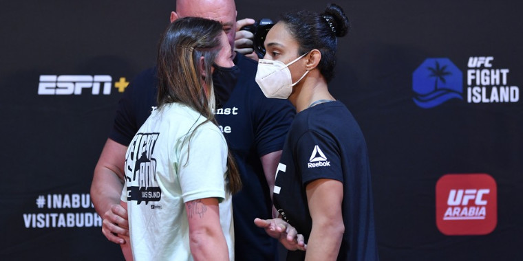Brasileira encara lutadora após pesagem