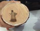 """Imagem de """"Jesus"""" aparece em tronco de árvore; biólogo explica caso"""