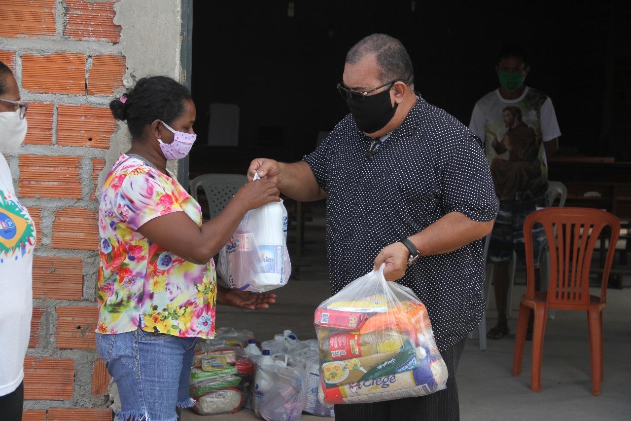 Diácono Carlos Nunes, o Carlão ajuda na busca por famílias - Foto: Raíssa Morais