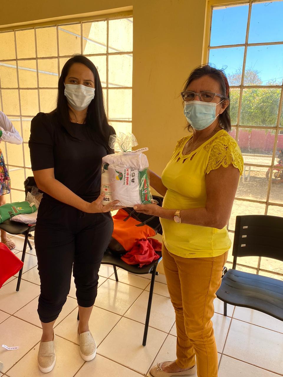 Secretária de saúde de Jatobá do Piauí Noemia Oliveira faz entrega de kits de EPI´s para as equipes de saúde do município - Imagem 7
