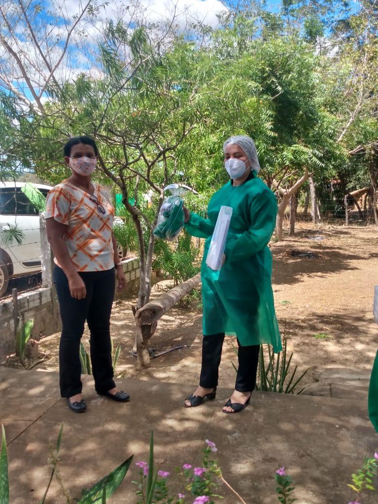 Secretária de saúde de Jatobá do Piauí Noemia Oliveira faz entrega de kits de EPI´s para as equipes de saúde do município - Imagem 3