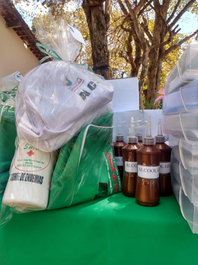 Secretária de saúde de Jatobá do Piauí Noemia Oliveira faz entrega de kits de EPI´s para as equipes de saúde do município - Imagem 2
