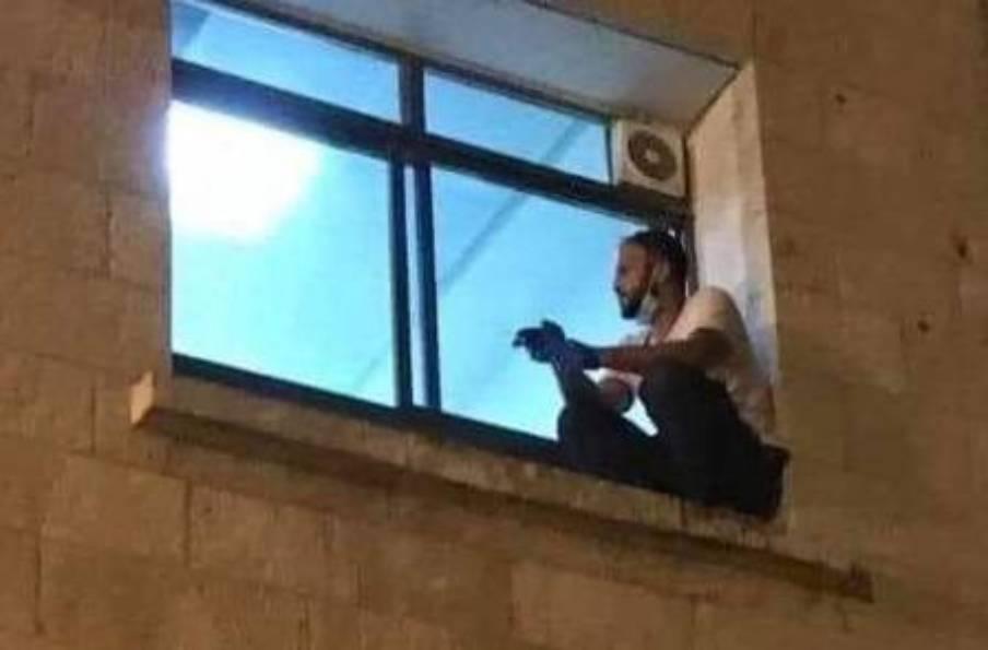Homem escala prédio de hospital para se despedir da mãe (Reprodução/ Twitter)