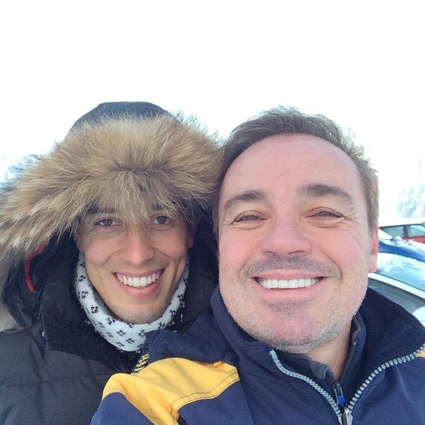 Thiago Salvático ao lado do apresentador Gugu Liberato durante viagem na Filandia