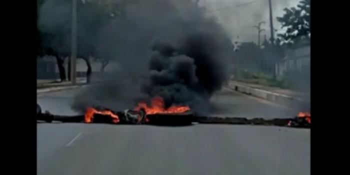 Moradores bloqueiam vias da Avenida Henry Carvalho durante protesto