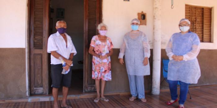 Secretaria da Assistência Social entrega máscara e álcool em gel para idosos.