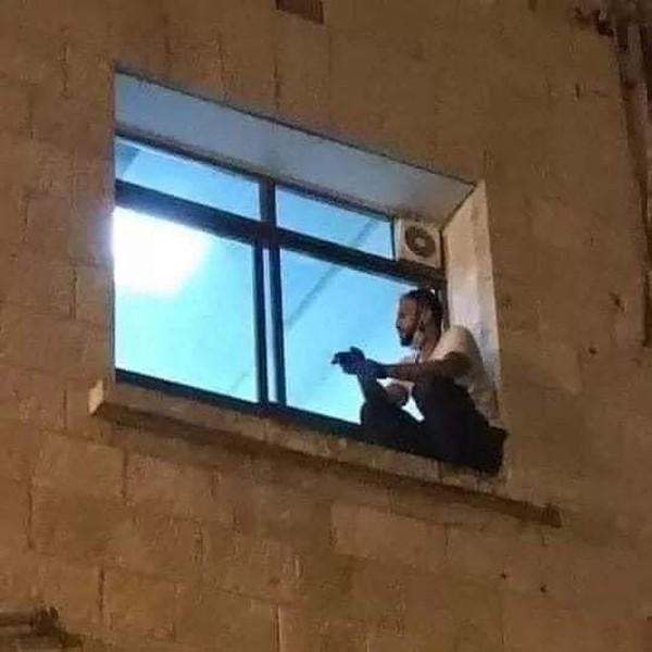 Jovem escalou até a janela onde podia ver a mãe que morreu com Covid-19 - Foto: Reprodução/Twitter