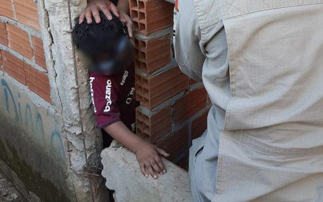 Garoto fica com a cabeça presa em duas paredes após brincadeira (Divulgação)