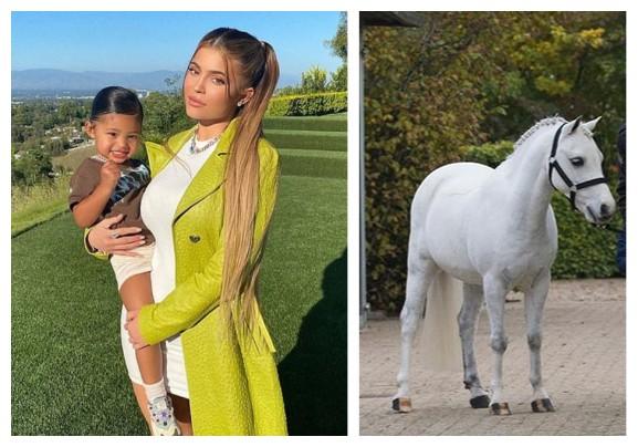 A socialite Kylie Jenner com a filha Stormi e o pônei Frozen (Foto: Instagram)