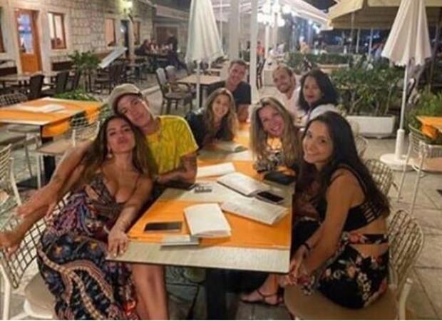 Anitta aparece com Lucas Omulek em jantar / Instagram